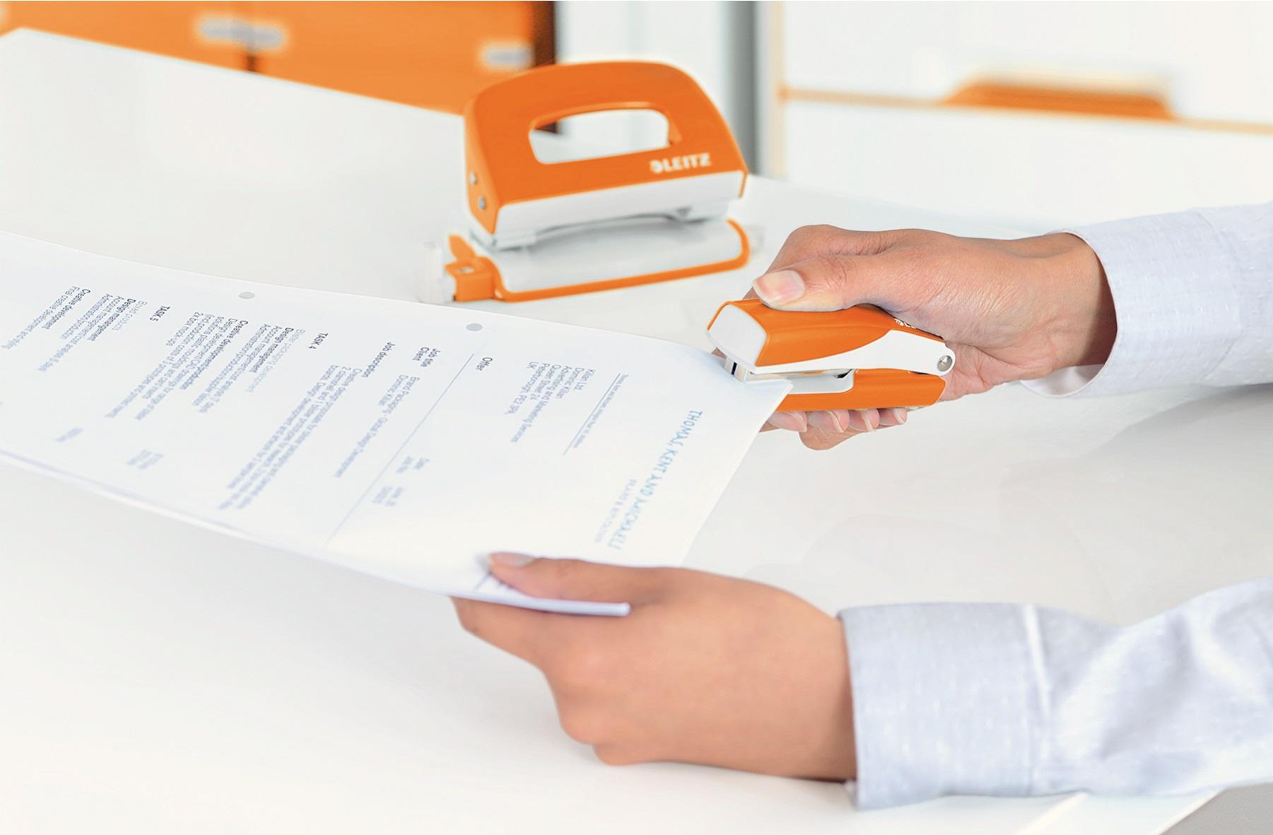 Descriere Capsator metalic de birou, pentru maxim 10 coli, capse 10/5, portocaliu metalizat, LEITZ WOW 5528 NeXXt Series