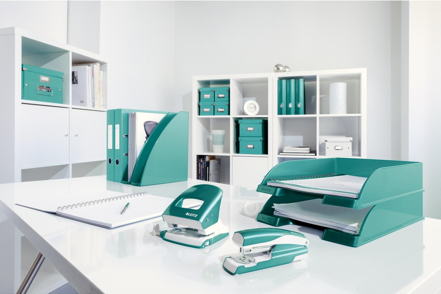 Descriere Capsator metalic de birou, pentru maxim 30 coli, capse 24/6, turcoaz metalizat, LEITZ 5502 NeXXt Series